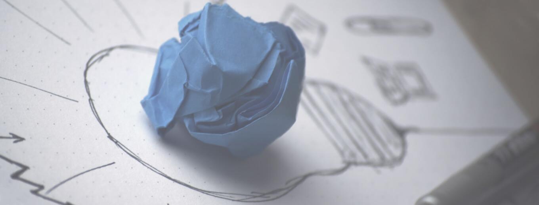 Рисунок лампочки на которой лежит скомканая бумага