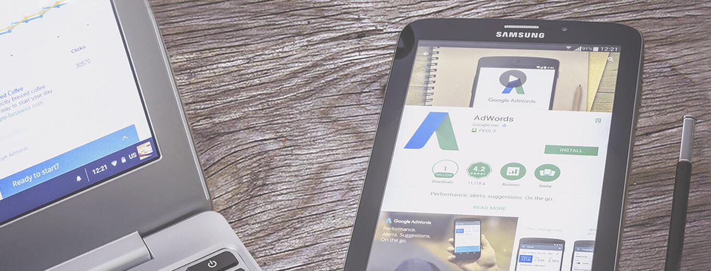 Изображение края ноутбука и планшета с открытой системой Google Analytics