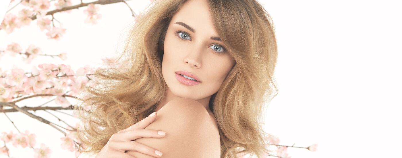 Девушка с красивыми волосами после использования продукции