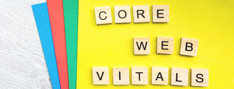Надпись Core Web Vitals на деревянных кубиках и цветном фоне