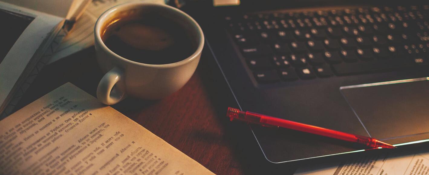 Ноутбук, чашка чая и книги для обучения