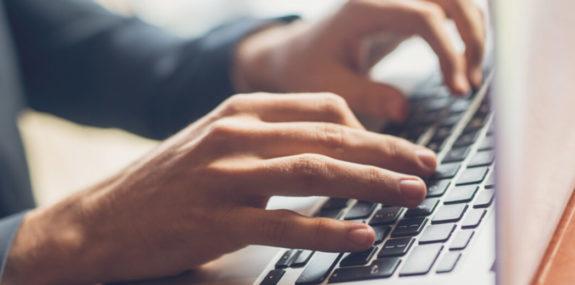 Человек работает за ноутбуком